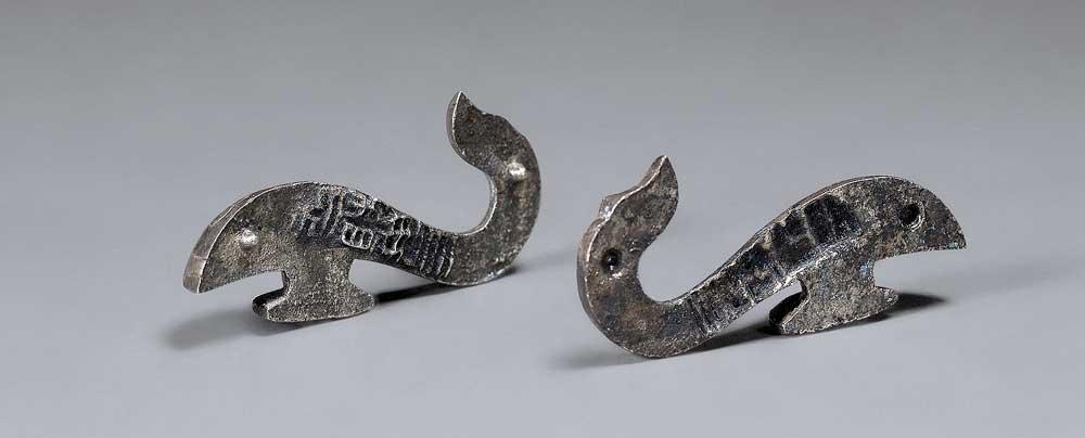 Belt hook in the shape of a dragon, unearthed from Tomb 12, Dayun Mountain, Xuyi, Jiangsu. Western Han period (206 BCE–9 CE), 2nd century BCE. Silver. Nanjing Museum. Photograph © Nanjing Museum.