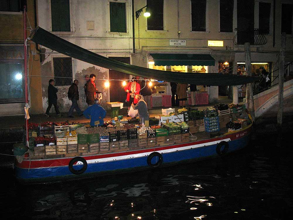 Greengrocer near the Ponte dei Pugni, Venice